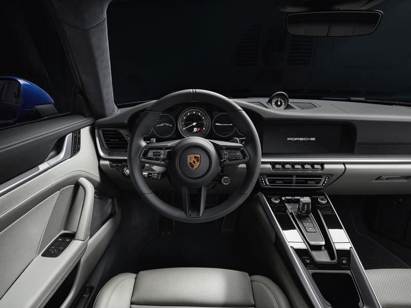 全新911全系跑车的车室经重新改装,所有相关操作控制按钮都触手可及。