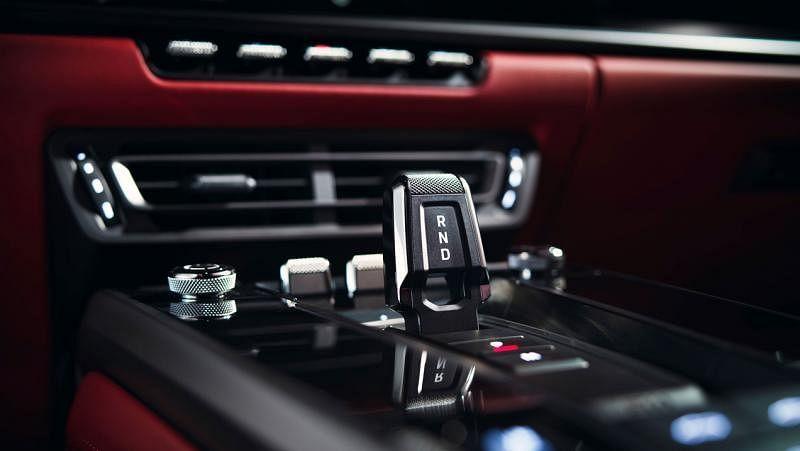 新设计的排挡杆短小,操控车子的行驶、后退和中空挡。