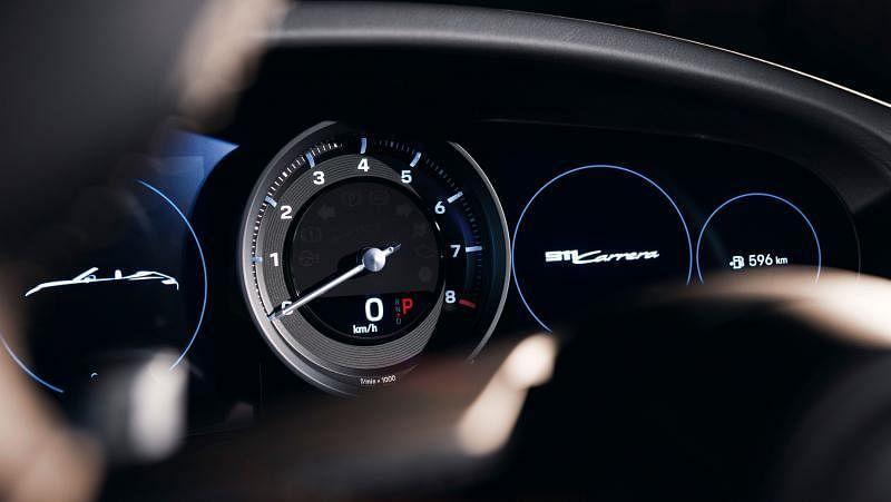 一目了然的仪表组中央是模拟转速表,左右分布两块七英寸高分辨率显示屏。