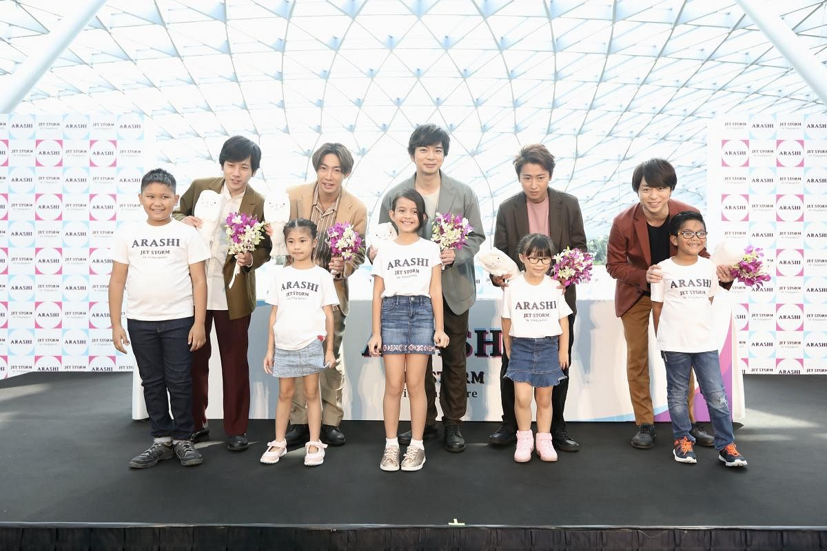 jetstorm_in_singapore_-_children_presenting_merlion_plushies_and_orchid_bouquets_to_arashi_Large.jpeg