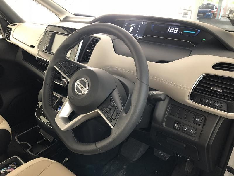 仪表盘在设计上有足够的呼吸空间,三幅式多功能驾驶盘也有扎实的握感。