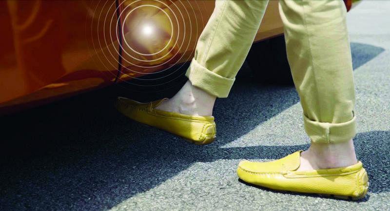 脚部感应式双电动趟门(TIC TAC Door),只需用脚便可轻松开启车门。