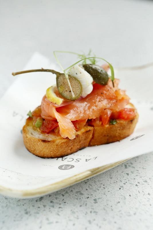 前菜意式烤面包以烟熏三文鱼配搭马斯卡彭芝士、浆果和腌红洋葱等。