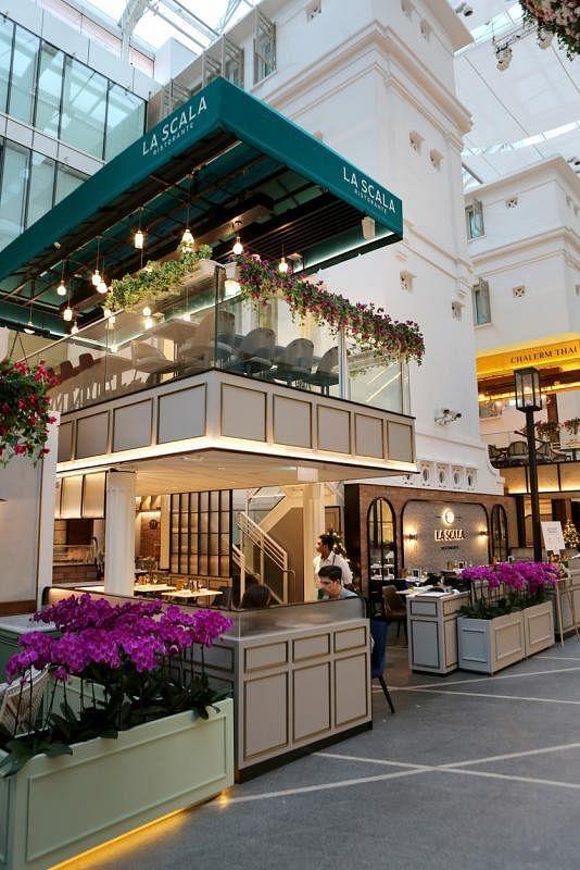 La Scala Ristorante餐馆名字来自米兰斯卡拉大剧院,通过装潢如木地板和白色罗马柱子展现意大利风情。