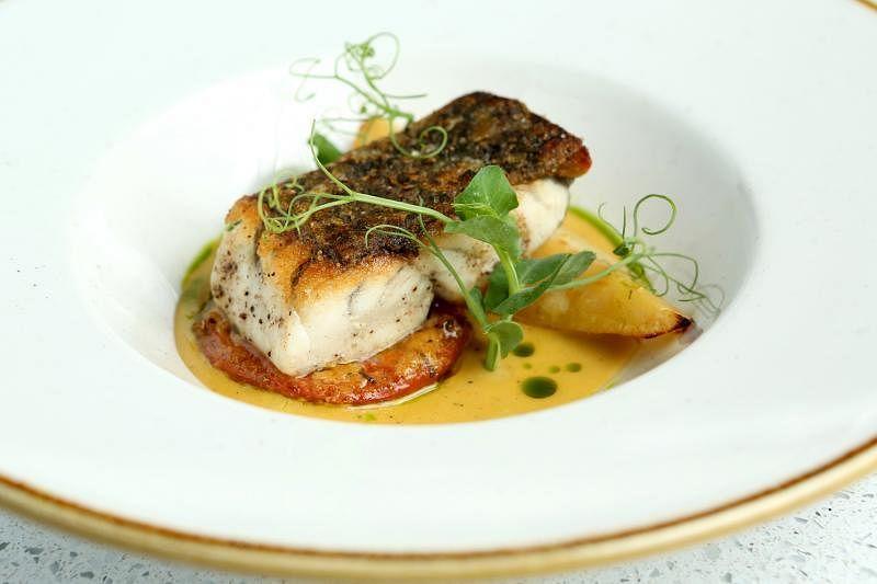 香烤鲈鱼的意式特色,体现在把马铃薯和番茄加入鱼汤一起熬煮成的美味酱汁。