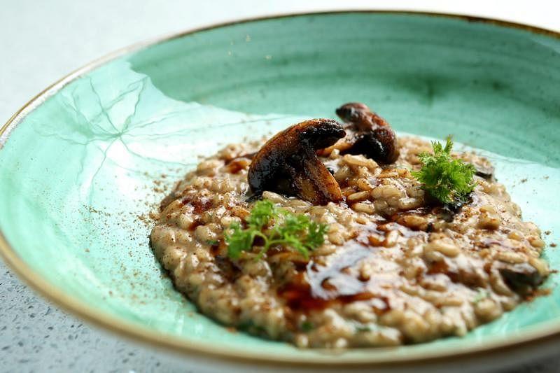 意大利炖饭以不同形式使用了三种菇类,展现主厨的创意。