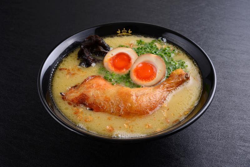 鸡王的浓郁汤底以鸡骨、鸡脚、昆布和各式蔬菜熬煮八小时。(Keisuke集团提供)