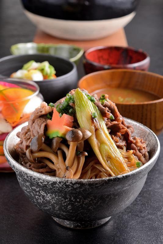牛肉寿喜烧专门店提供在食客面前烹饪的不同体验。(Keisuke集团提供)