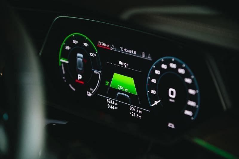 全数码化的仪表盘显示各种行车数据。