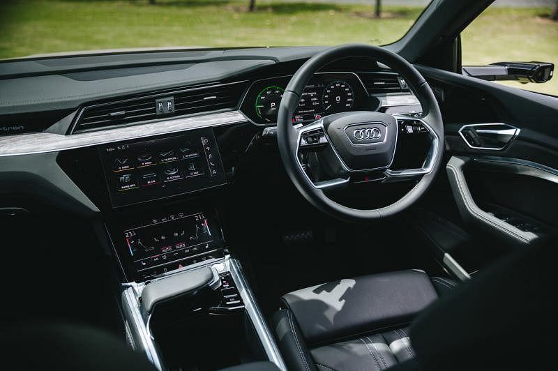车室设计与一般SUV相似,不走过于洁净的日韩电动车风格。