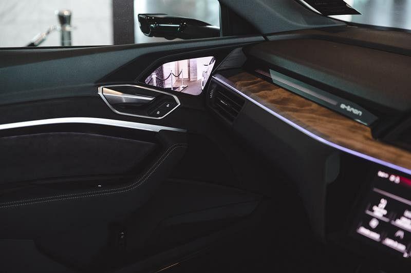 智能望后镜拍摄到的画面会同步传输到车内A柱侧仪表台和门之间OLED显示屏上。