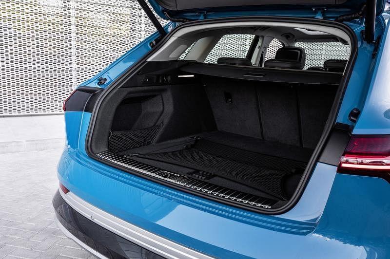 车子的行李厢空间最大可达1725升。