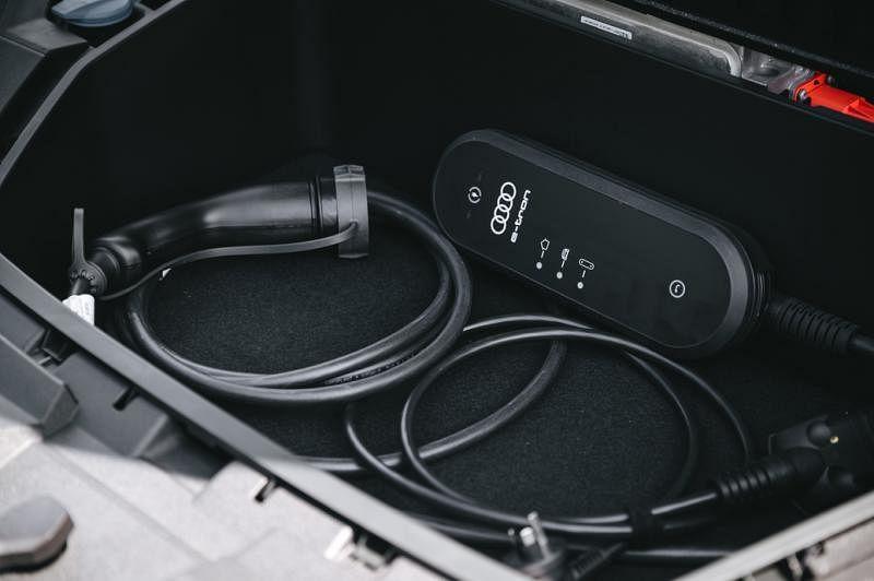 车子的充电工具摆放在车前电动机上的储物格内。