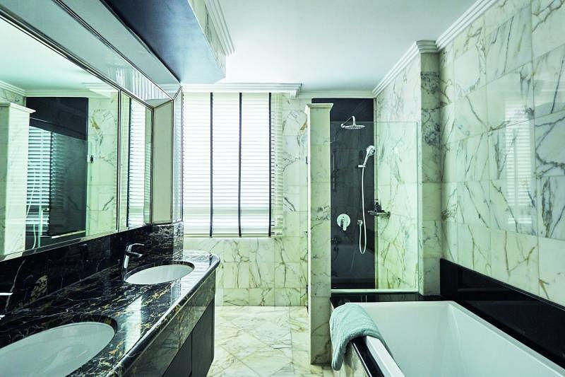 主卧的洗手间明亮奢华,与卧室形成对比。