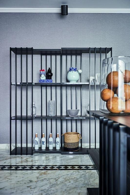 客厅的展示柜框架可自由拉动。