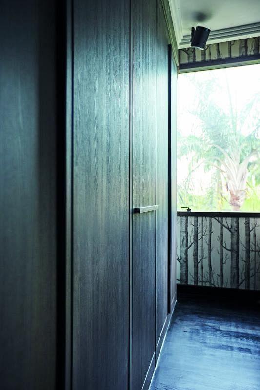 主卧以森林图案壁纸和实木家具配搭。