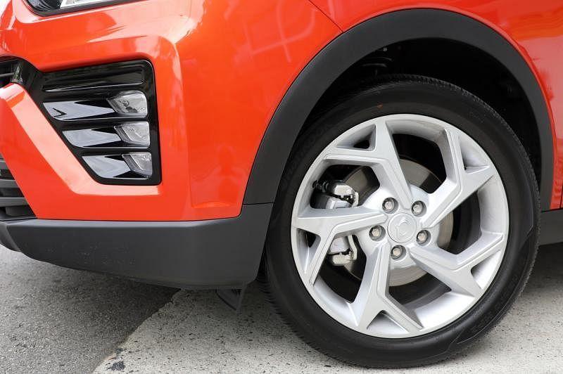 轮胎的铝圈像是犀利的飞镖,提升了车子的动感视觉。
