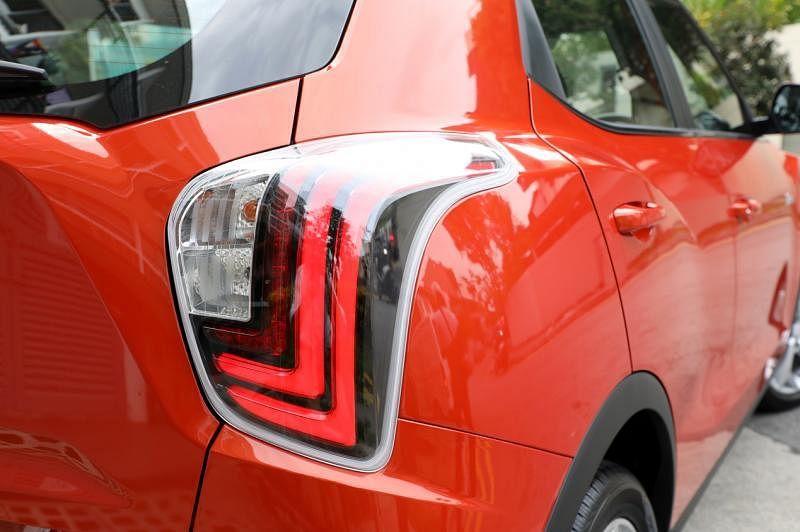 车尾灯的条纹像是豹爪痕。