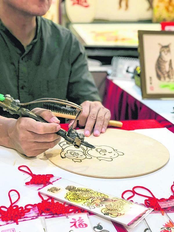 公众可在春城洋溢华夏情文化、艺术、旅游展欣赏中国工艺师的创作。(档案照)