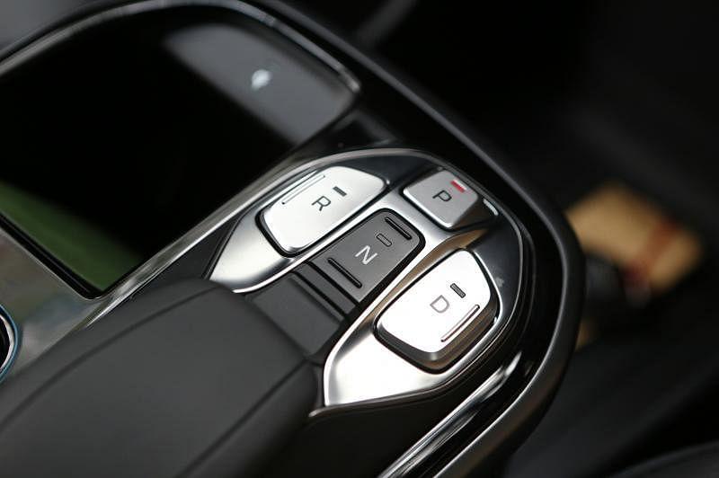 行车模式采用按钮设计,行驶、停车、倒车和空挡,同样一指搞定。