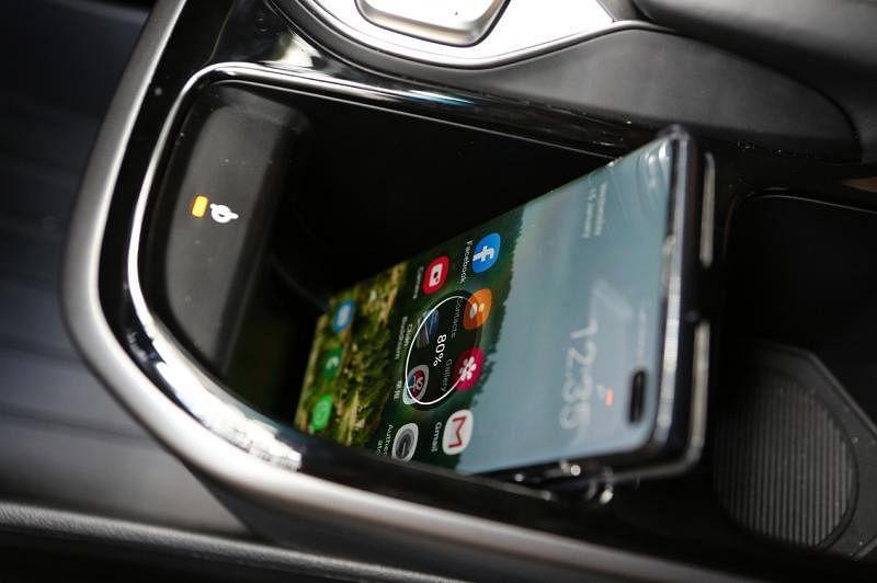 车子中控有无线手机充电功能。