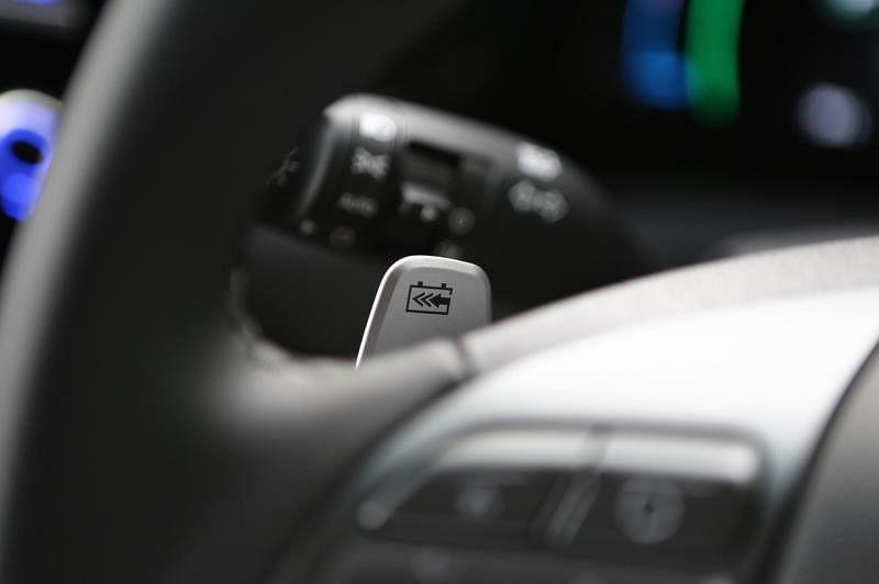 方向盘左右两侧的电力回收拨片,要减速、停车,都可用手指操作,有节能作用。