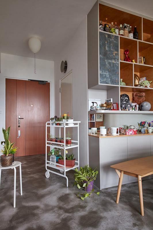 客/饭厅只有这个落地壁橱是为屋主量身定造的,其余的家具都是原有或后来添置的,为屋主省下一笔钱。
