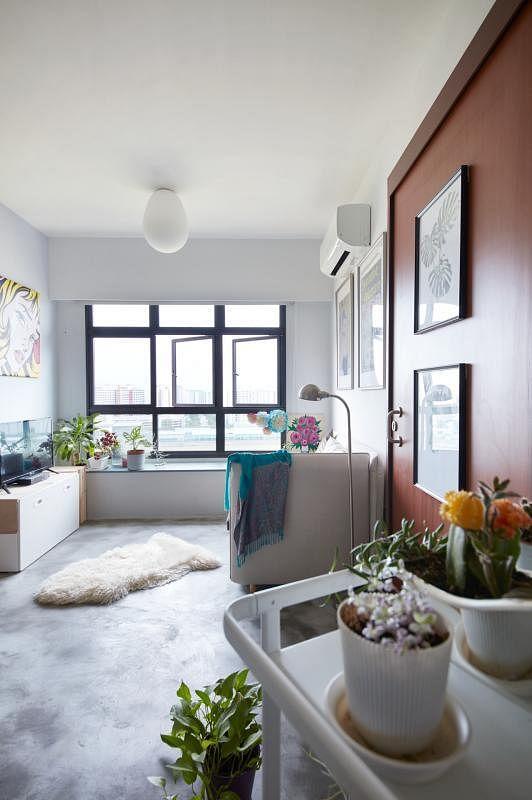 设计师为屋主在客厅打造一个能储物、坐下和摆放植物的窗台。