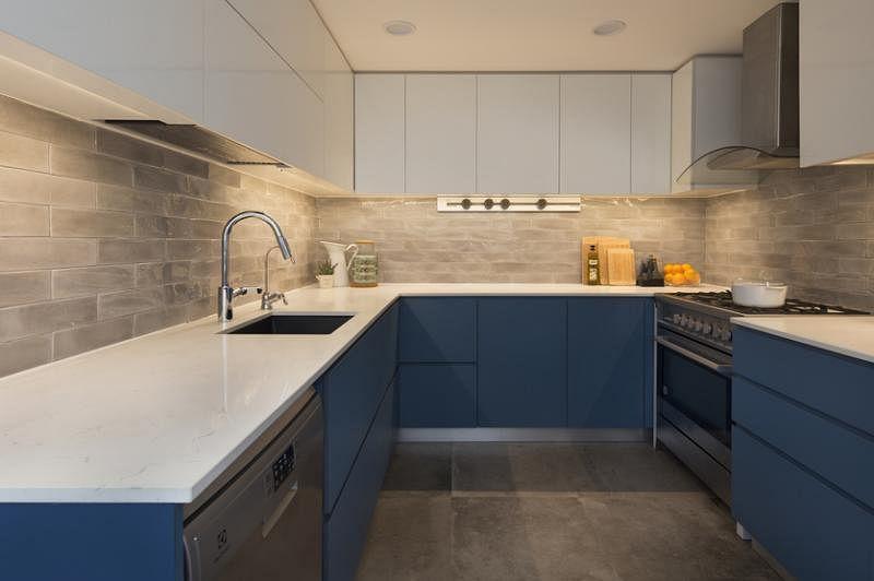 厨房的橱柜和厨具各安上下。