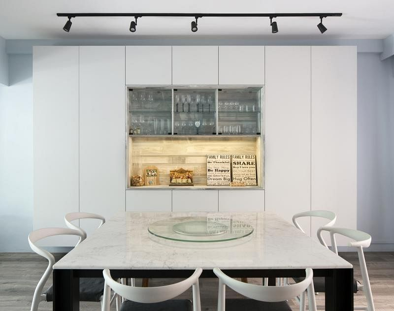 饭厅白桌配白墙,双白生辉。