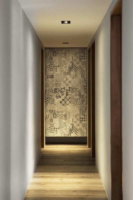 室内走到尽头有一堵跳脱的艺术感墙柜。