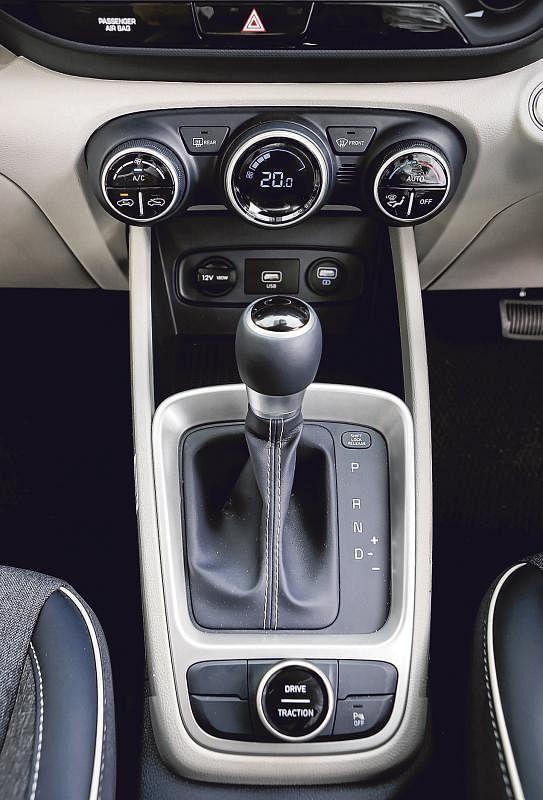 车子中控的自动驾驶排挡好玩之处是向右轻轻一推,就成了模拟式手排挡。