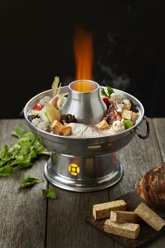 徕宝煮炒招牌鱼头炉的汤头以炭火熬煮十多个小时,食材和味道都洋溢古早味。