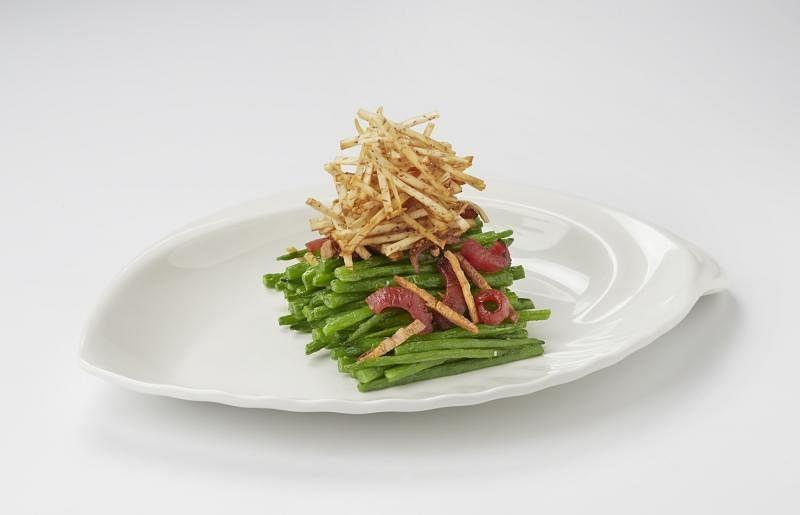 徕宝小炒王以腊肠、鱿鱼丝、菜脯和炸芋丝烘托主角四季豆。