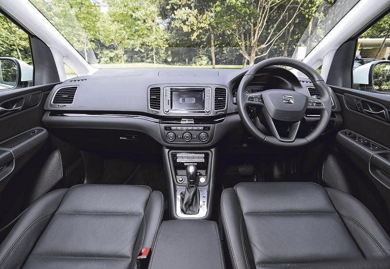 简洁的车室,冷气出风口足,空间又宽敞。