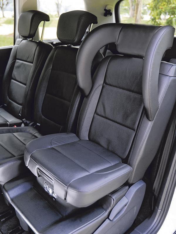 第二排有两个可以调整高度的座椅,加上头部护套就变成儿童安全座椅。