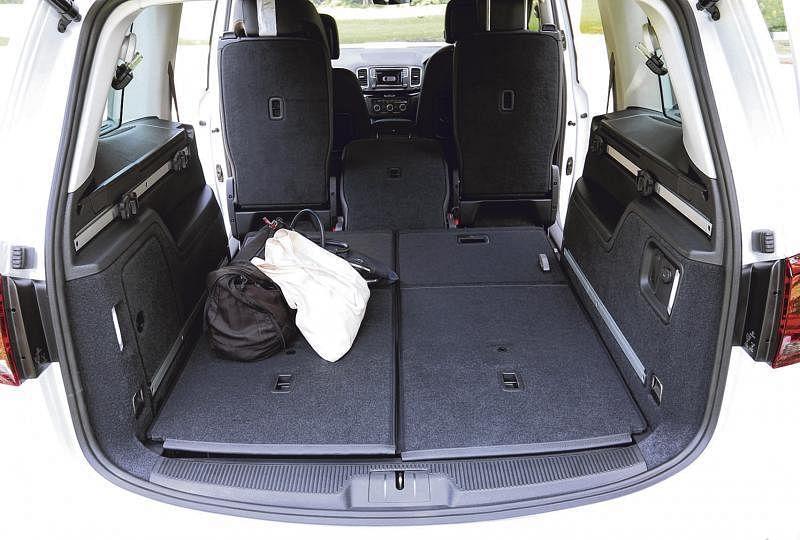 行李厢有300公升,放倒第二和第三排座椅可增加到2297公升。