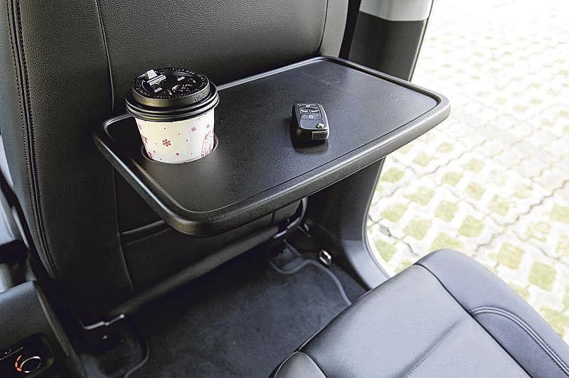 前排椅背后设有小餐桌。