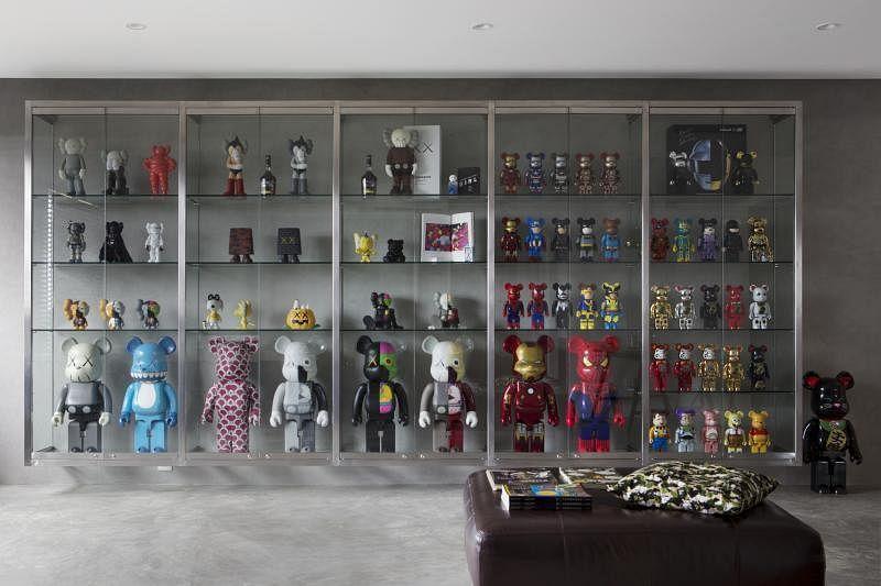悬空的钢化玻璃柜极尽藏品展示之能。