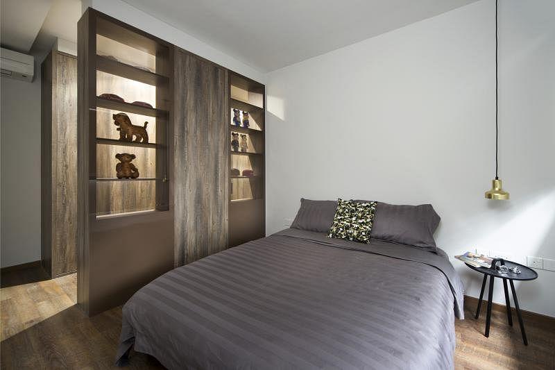 展示柜分隔了主卧的睡眠区和更衣区。