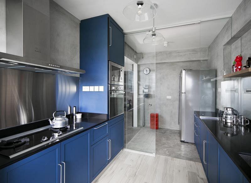 厨房柜体的经典蓝带出摩登风情。