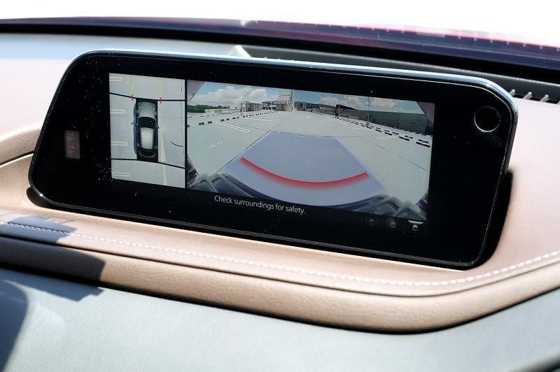 8.8英寸的悬浮式多媒体资讯娱乐显示屏位于仪表板的凹处。