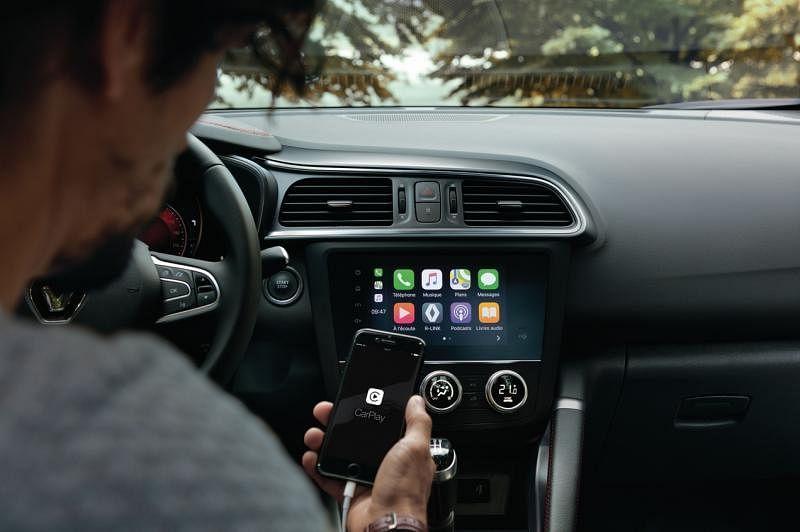 7 英寸的中控娱乐触屏,支援Apple CarPlay 和 Android Auto,且边缘不再有旋转式的按钮。