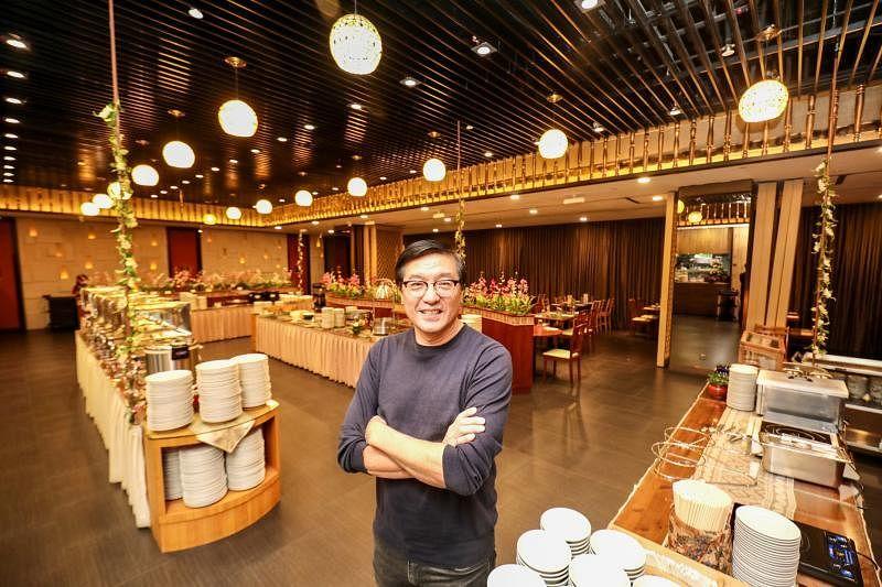 Penang Place创办人黄吉合通过自助餐方式,把道地槟城和娘惹美食介绍给新加坡人。(陈斌勤摄)