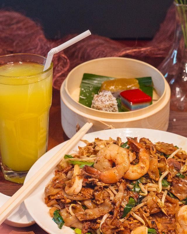 餐馆推出优惠套餐对抗疫情,炒粿条,三款自制糕点和饮料只须$10。(受访者提供)