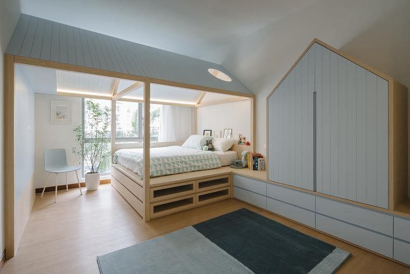 孩子的房间采用屋中屋设计,据设计师说,这样能减少孩子在房内的焦虑,增添安全感。