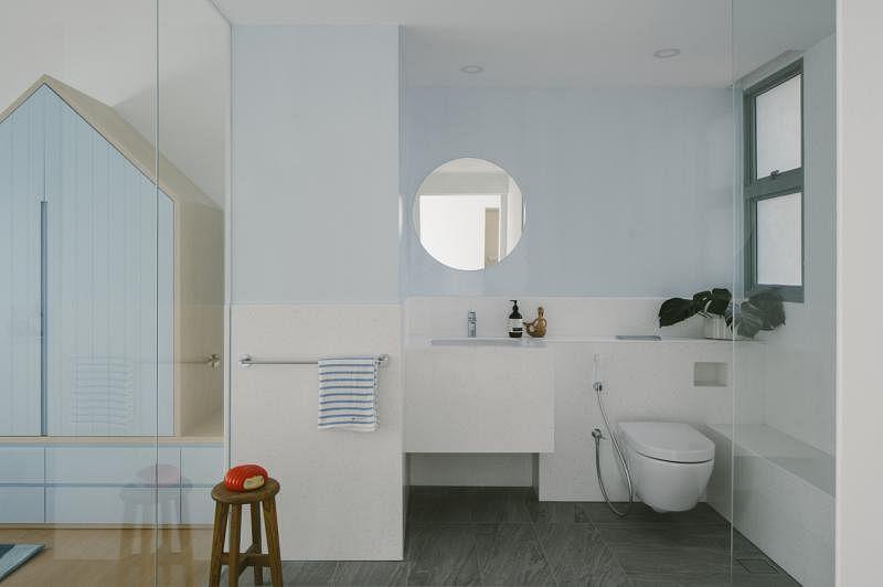 为方便清洗,设计师特地采用无缝人造石打造了一个一气呵成的浴室——洗手台、马桶、沐浴辅助座位无缝隙连成一线。