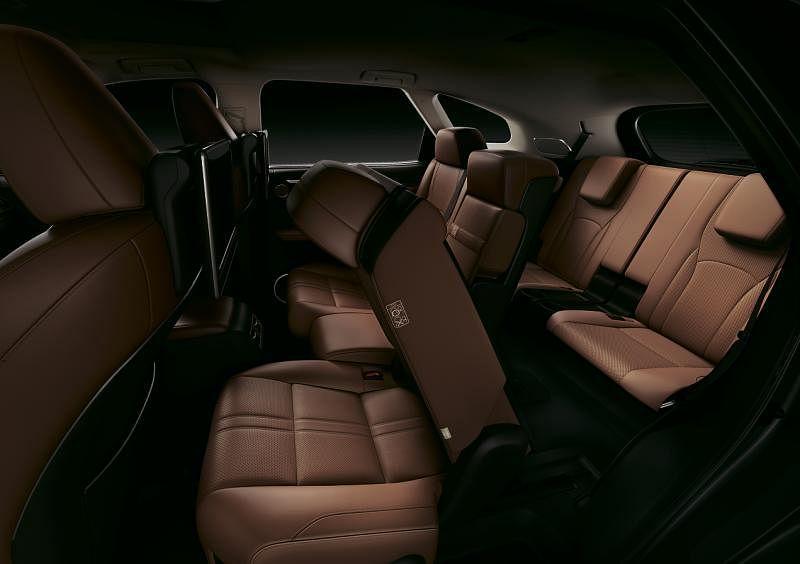 加长版的车厢有灵活的空间排阵,第三排乘客有充足的乘坐空间。