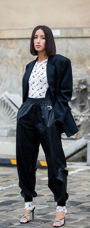 束脚运动裤搭配西装外套。