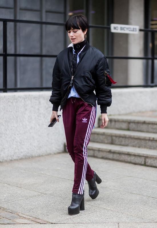 条纹运动裤搭夹克。